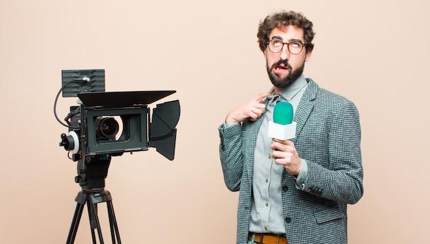 Presentatore televisivo stressato, ansioso, stanco e frustrato, tirando il collo della camicia, frustrato dal problema