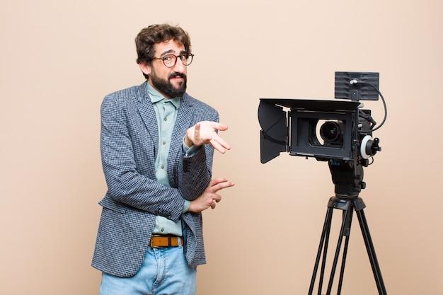 Il presentatore televisivo appare perplesso, confuso e stressato, chiedendosi tra diverse opzioni, sentendosi incerto