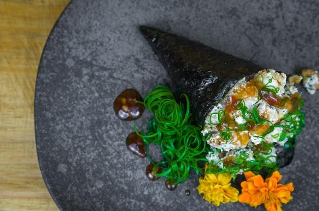 Sushi temaki. cucina tradizionale giapponese, temaki premium di gamberetti.