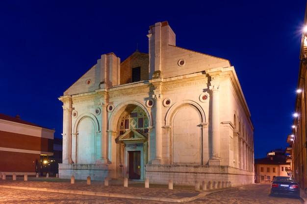 Il tempio malatestiano (tempio malatestiano) - chiesa cattedrale di rimini di notte, italy