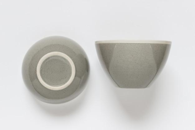 Mockup di modello con vista laterale del modello di ciotola di pesce rotondo in porcellana su superficie bianca bianca.