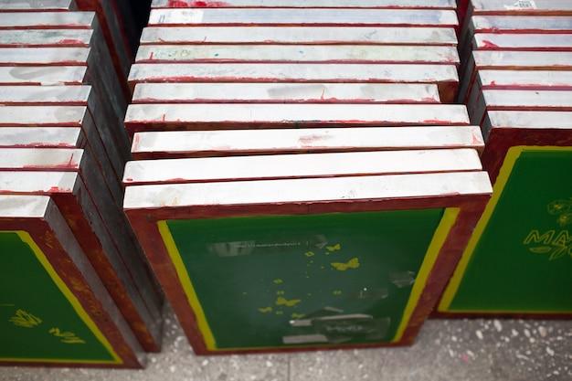 Modello di stencil di modelli per il processo di stampa serigrafica serigrafica presso la fabbrica di vestiti.
