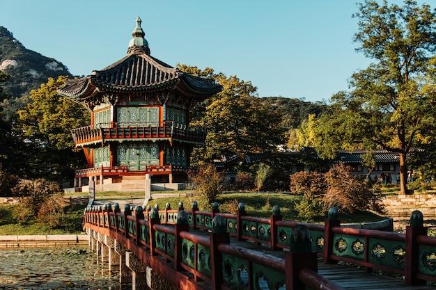 La costruzione del tempio a seul in corea del sud