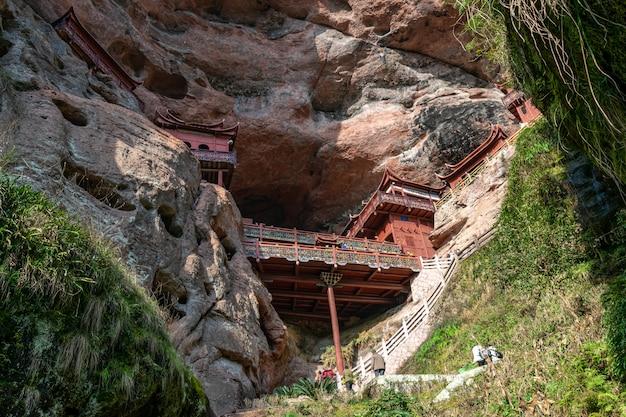 Un tempio su una scogliera sostenuto da pilastri