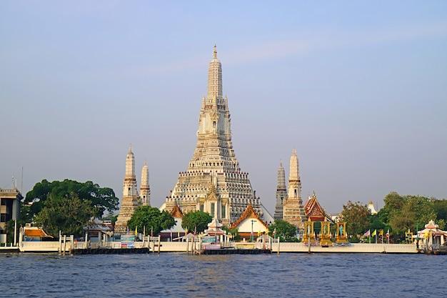 Il tempio dell'alba o wat arun, il punto di riferimento iconico di bangkok sulla riva del fiume chao phraya, thailandia