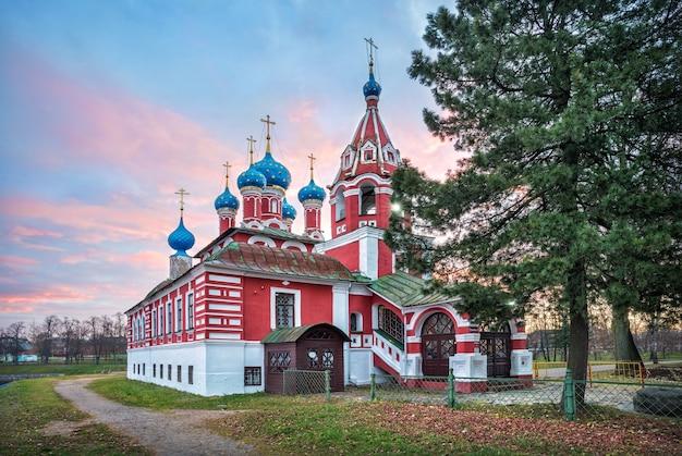 Tempio di dmitry sul sangue al cremlino di uglich sullo sfondo di un cielo rosa alba in una mattina d'autunno. didascalia: via del cremlino