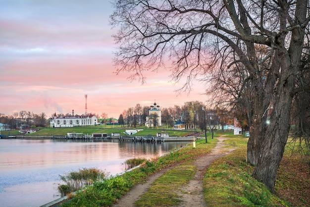 Tempio di frol e lavra sulle rive del fiume volga a uglich e una strada sterrata sul territorio del cremlino di uglich nella mattina d'autunno
