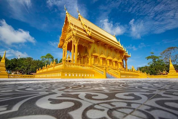 Tempio color oro bellissima architettura d'arte a wat pluak ket rayong, thailandia