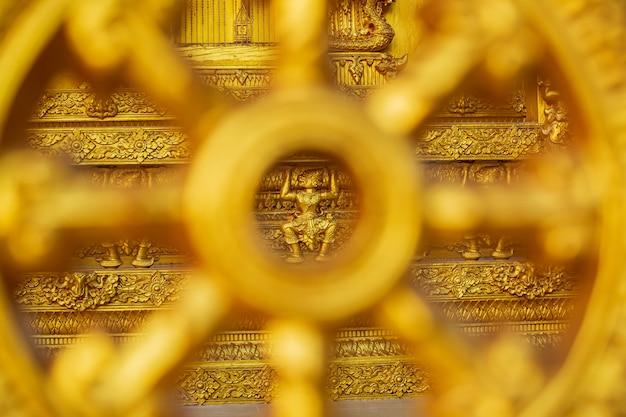 Tempio color oro bella parete d'arte e architettura al wat paknam jolo,bangkhla,provincia di chachoengsao, thailandia