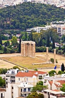 Tempio di zeus olimpio ad atene, grecia, vista dall'acropolis