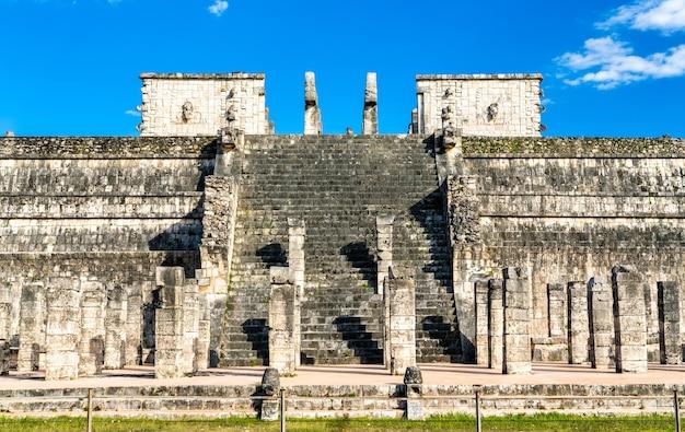 Il tempio dei guerrieri a chichen itza. nello yucatan, in messico