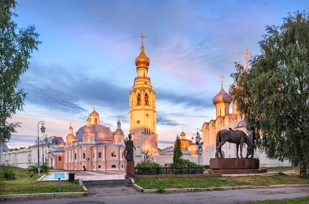 Templi e il campanile del cremlino a vologda in una mattina di inizio estate