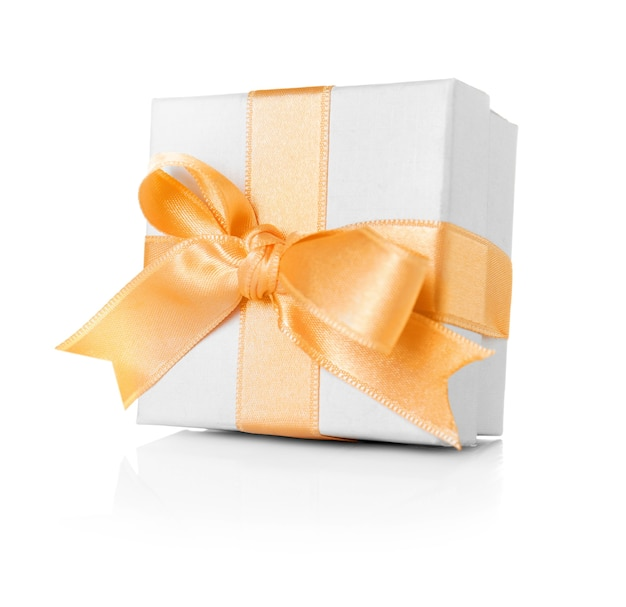 Confezione regalo tenera con nastro cremoso su sfondo bianco