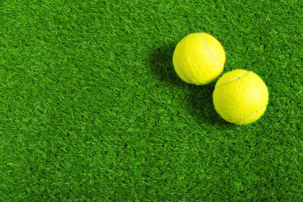 Pallina da tennis su erba verde