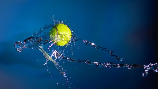 Palla da tennis e spruzzi d'acqua