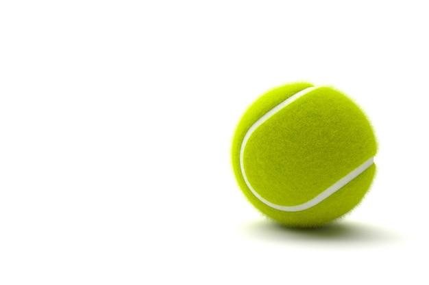 Pallina da tennis con lo spazio della copia isolato su un fondo bianco