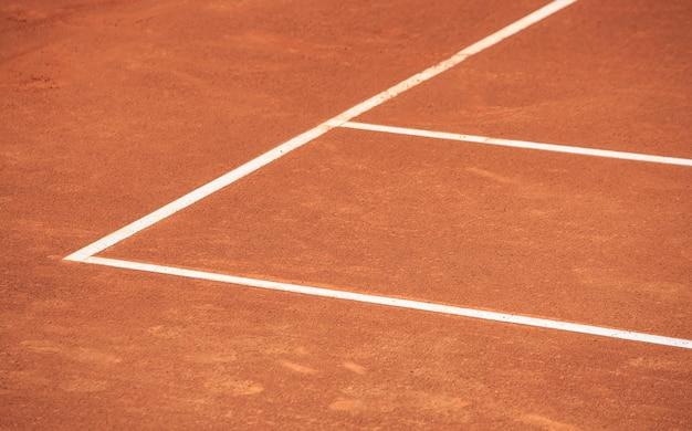Primo piano del campo da tennis in terra battuta