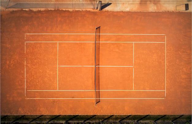 Campo da tennis in terra battuta. vista dal volo dell'uccello. fotografia aerea