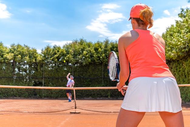 Partita di tennis su un campo esterno in terra battuta