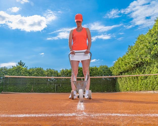 Il tennis segna una linea bianca della calce su un campo da tennis