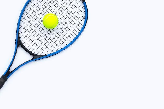 Racchetta da tennis con palla su sfondo bianco.