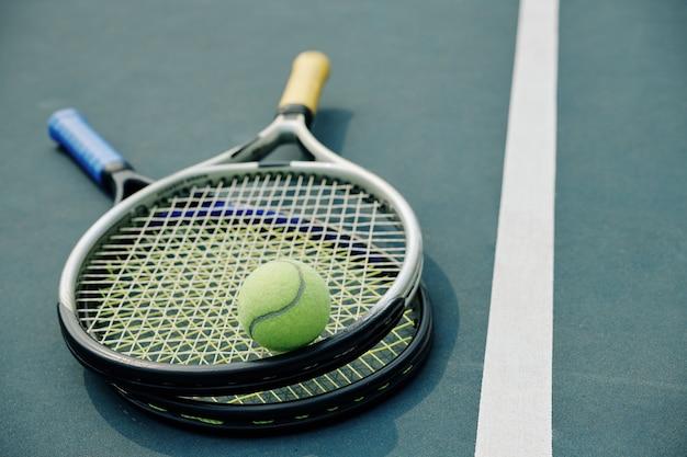 Racchette da tennis e palla