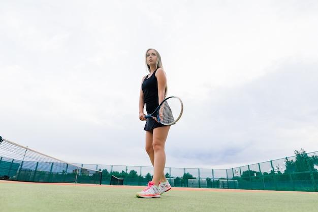 Torneo di tennis. giocatore femminile presso il campo da tennis in terra battuta