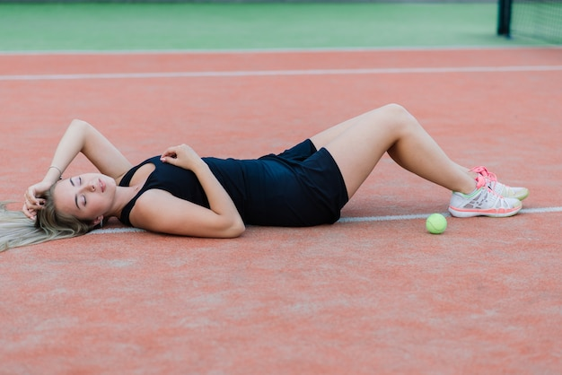 Torneo di tennis. giocatrice sul campo da tennis in terra battuta