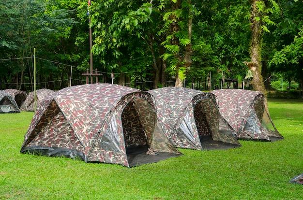Tenda che si accampa in un campeggio nel parco nazionale della tailandia