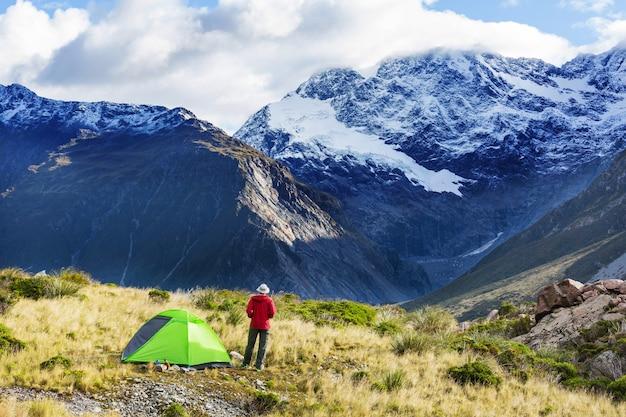 Tenda in montagna estiva. concetto di escursionismo.