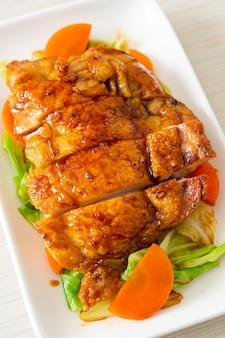 Teppanyaki bistecca di pollo teriyaki con cavolo e carota