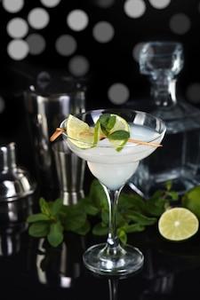 Tequila liquore agli agrumi succo di lime questo è un cocktail margarita a di lime con un rametto di decoro alla menta