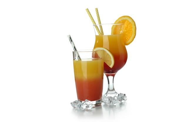 Cocktail di tequila all'alba isolato su sfondo bianco