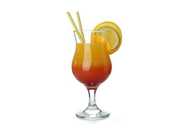 Cocktail di tequila all'alba isolato su bianco
