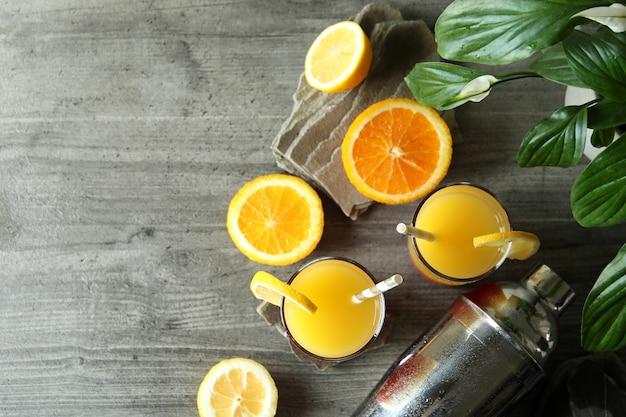 Cocktail di tequila sunrise su sfondo grigio con texture