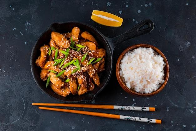 Petto di pollo teriyaki in padella con vista dall'alto di riso e semi di sesamo