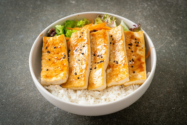 Ciotola di riso tofu teriyaki - stile alimentare vegano e vegetariano