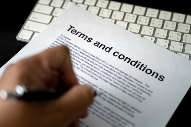 Termini e condizioni uomo d'affari che rivede i termini e le condizioni dei termini e delle condizioni dell'ufficio del contratto