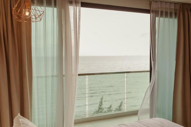 Terrazza dell'hotel con vista mare e tavola apparecchiata in vacanza estiva summer