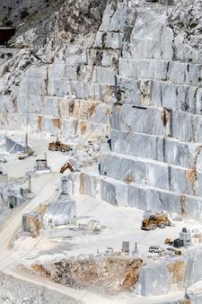 Parete rocciosa terrazzata a cielo aperto nelle miniere di marmo di carrara