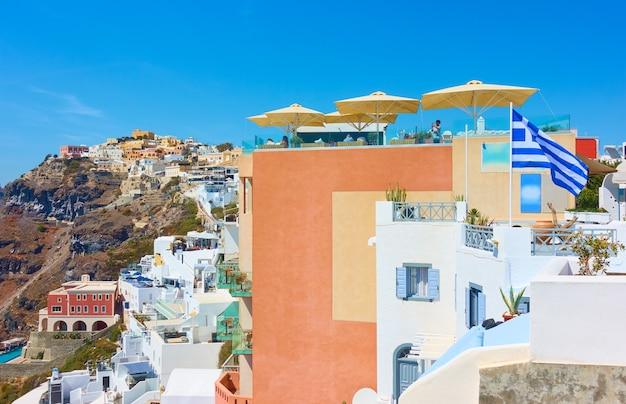 Terrazze della città di fira a santorini, grecia. scenario greco