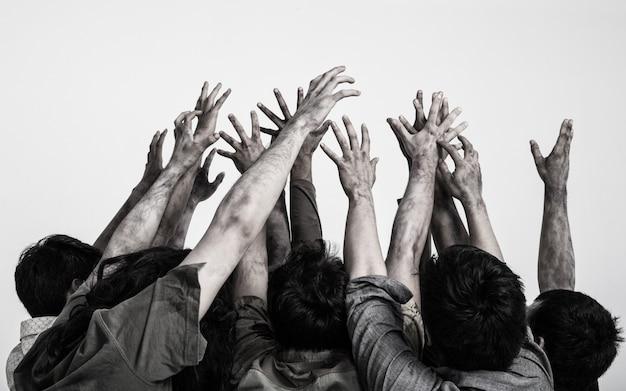 Mani terribili dello zombie del fantasma isolate su fondo bianco