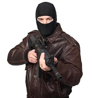 Ritratto del terrorista con il fucile su bianco