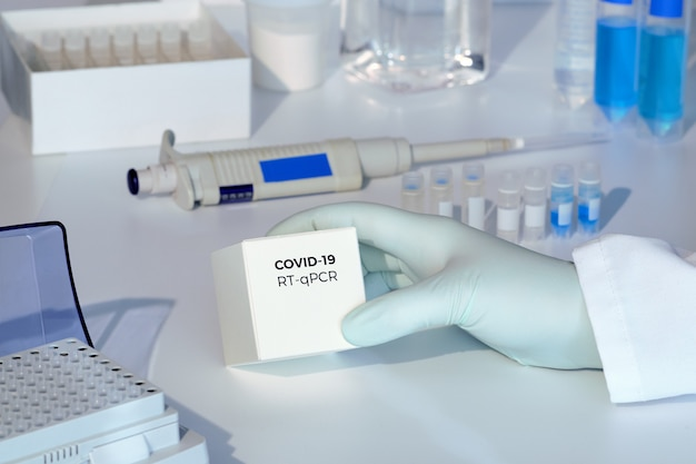 Kit di test per rilevare nuovi coronavirus covid-19 nei campioni dei pazienti. il kit rt-pcr consente di convertire l'rna covid19 virale in dna e di amplificare la regione specifica del 2019-ncov in un picco di codifica del gene virale.