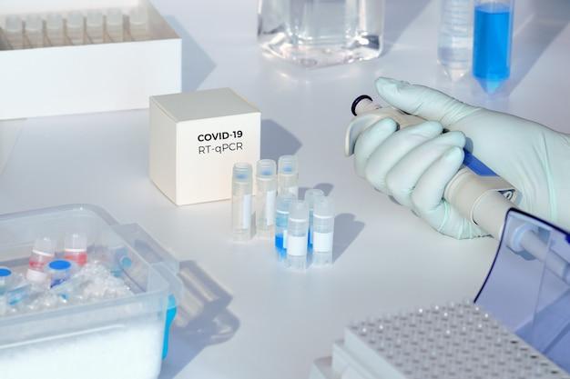 Kit di test per rilevare nuovi coronavirus covid-19 nei campioni dei pazienti. il kit rt-pcr consente di convertire l'rna covid19 virale in dna e amplificare la sequenza specifica del 2019-ncov in un picco di codifica del gene virale.