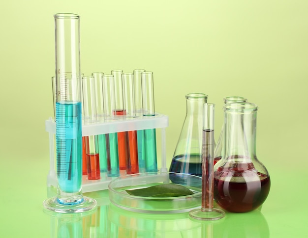 Provette e foglia verde testati in capsula di petri, sullo spazio colore