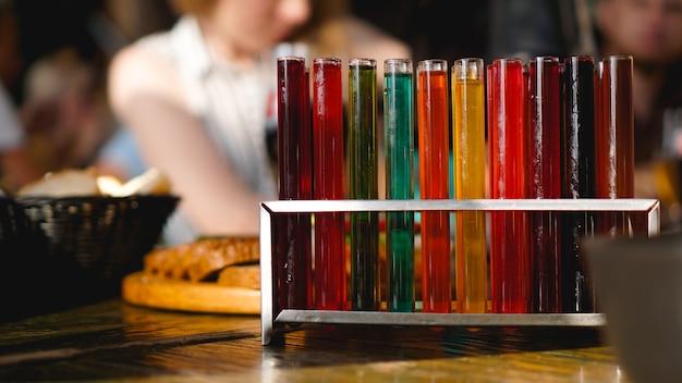 Provette con liquido multicolore. alcool in provette barra scura. foto dal bar di lviv ucraina