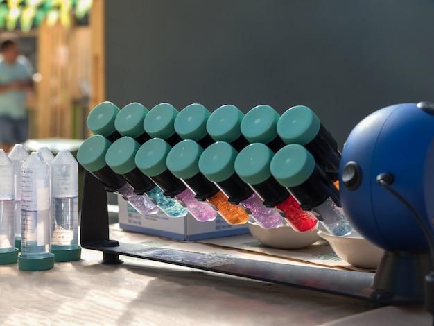 Test per la determinazione dei nitrati nella coltura della frutta. esperimenti chimici con una centrifuga.