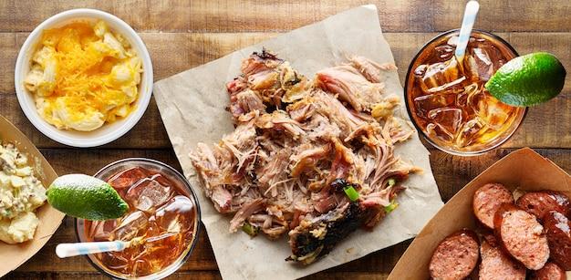 Barbecue del texas: maiale stirato con contorni e tè dolce