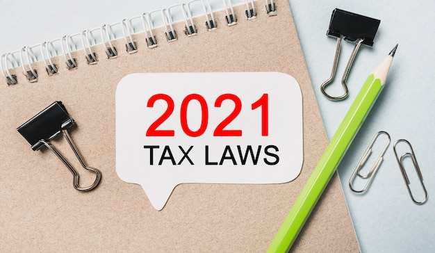 Testo leggi fiscali 2021 su un adesivo bianco con cancelleria per ufficio